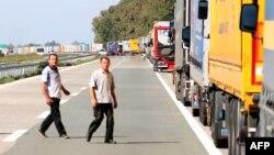 Грузовики на пограничном переходе между Сербией и Хорватией