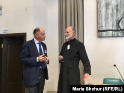 Єпископ Борис Ґудзяк (праворуч) під час семінару на тему «Церкви, війна і мир» у Києві