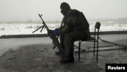 Представник угруповання бойовиків на території зруйнованого Донецького аеропорту