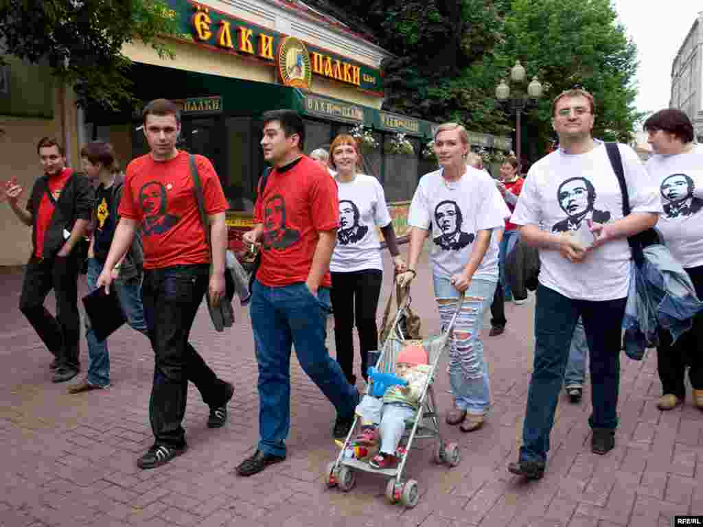 около 50 человек в футболках с изображением Ходорковского прошли по улице Арбат в центре Москвы, раздавая прохожим календарики с фотографией бывшего руководителя ЮКОСа