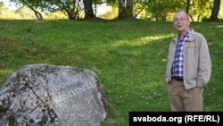 Сяргей Верамейчык ля каменя ў гонар Касьцюшкі
