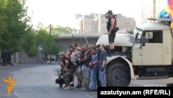 Члены вооруженной группы «Сасна црер» на территории захваченного полка ППС полиции, Ереван, июль 2016 г.