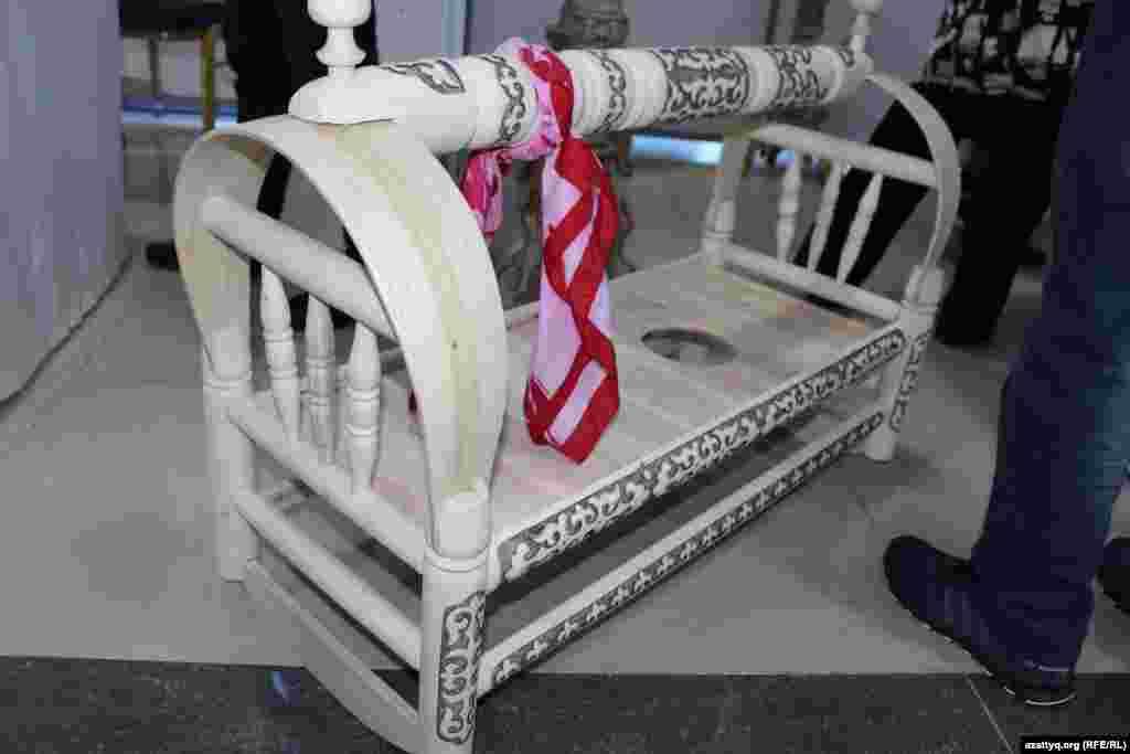 Бесик - казахская колыбель, изготовленная из дерева.