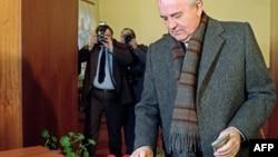 Михаил Горбечев 1991 йил 17 март кунги референдумда СССРни сақлаб қолиш учун овоз бермоқда.