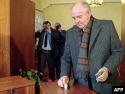 Совет одағының басшысы Михаил Горбачев одақты сақтап қалу бойынша референдумда дауыс беріп тұр. Наурыз айы, 1991 жыл.