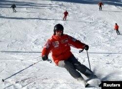 Горные лыжи - давнее хобби Шумахера. Январь 2005 года