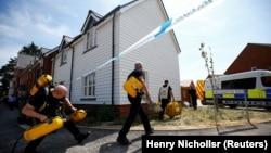 Поліція і рятувальники працюють в Еймсбері, де двох людей виявили непритомними наприкінці червня