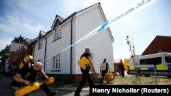 Поліція і рятувальники працюють в Еймсбері, де виявили непритомними Чарлі Роулі і Дон Стерджесс наприкінці червня