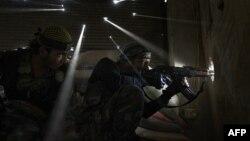 Сирийские повстанцы в пригороде Алеппо, 18 октября 2012 г.