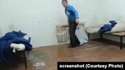 Иван Вшивков только что отломал батарею. Скриншот видеозаписи