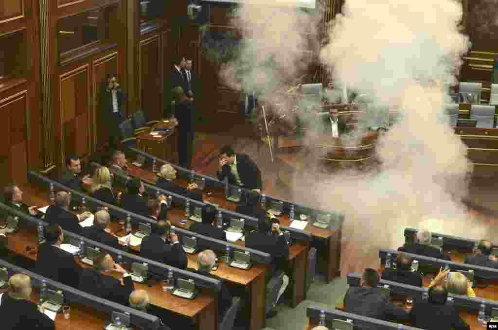 "Pristina, Kosowanyň parlamentiniň sessiýasynda oppozision deputatlar göz ýaşardyjy gaz 'zyňýar"". 8-nji oktýabr. (epa/Petrit Prenaj)"