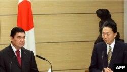 Ýaponiýanyň premýer-ministri Yukio Hatoýama (sagda) we Türkmenistanyň prezidenti Gurbanguly Berdimuhamedow Tokioda, 16-njy dekabr, 2009-njy ýyl.