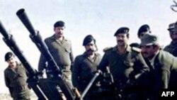 صدام حسین در حال بازدید از مواضع نظامی عراق در جریان جنگ این کشور با ایران