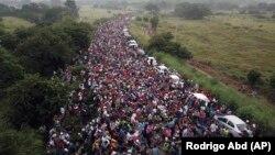 Направляющиеся к границе США мигранты из Центральной Америки.