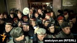 Հայաստան - Գլխավոր դատախազ Գևորգ Կոստանյանը Գյումրիում դիմում է ցուցարարներին, 15-ը հունվարի, 2015թ․
