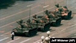 Një burrë qëndron përpara tankeve në Sheshin Tiananmen. 5 qershor, 1989.