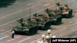 Тяньаньмэнь окуяларынын символуна айланган кадр, 1989-жыл.