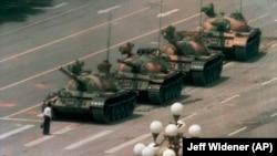 Hytaýly protestçi Tiananmen meýdançasyna barýan tanklary böwetlemäge synanyşýar. 5-nji iýun, 1989 ý.