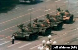 """Slika """"Tenkista"""" prikazuje nepoznatog muškarca koji stoji ispred kolone tenkova na kineskom trgu Tjenanmen u junu 1989."""