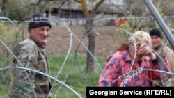 Российские пограничники запретили жителям Джариашени появляться на собственных земельных участках. Сельчане свободно обрабатывали их и после августовской войны 2008 года