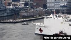 АКШнын Аскер-деңиз күчтөрүнүн кеме-госпиталы Нью-Йоркко келди. 30-март, 2020-жыл.