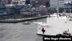 Brod sa pomoći Njujorku stiže u luku u Menhetnu