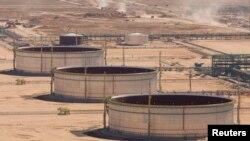 Резервуары на нефтеперерабатывающем заводе «Болашак» близ месторождения Кашаган. Иллюстративное фото.