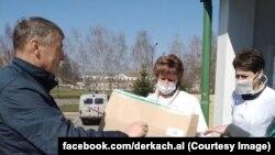 Лікарям на Сумщині передають гуманітарну допомогу від позафракційного депутата Верховної Ради Андрія Деркача, квітень 2020 року