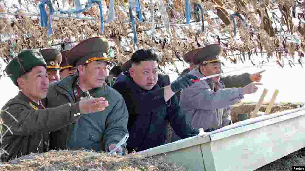 Солтүстік Корея президенті Ким Чен Ын әскер басшылары арасында тұр.