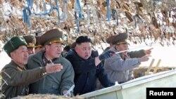 """Северокорейский диктатор Ким Че Ын посещает """"прифронтовую территорию""""."""