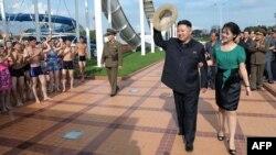 Лидер Северной Кореи Ким Чен Ын идет со своей женой Ри Соль Ю на официальной церемонии. Пхеньян, 25 июля 2012 года. AFP PHOTO / KCNA via KNS