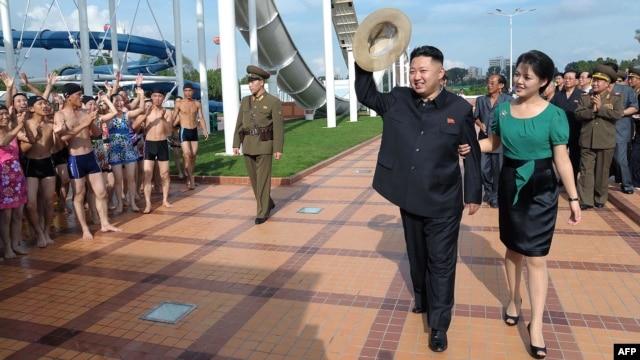 Kim Jong-un həyat yoldaşı Ri Sol-ju ilə birlikdə