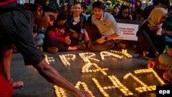 """Малайзийцы зажигают свечи в память о жертвах катастрофы """"Боинга"""" на востоке Украины"""