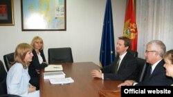 Zamjenik crnogorskog premijera Gordana Đurović razgovarala je 13. avgusta u Podgorici sa američkim ambasadorom u Crnoj Gori Roderikom Murom i pomoćnikom američkog državnog tužioca Džonom Hobom.