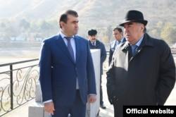 Тәжікстан президенті Эмомали Рахмон (оң жақта) күйеу баласы Шамсулло Сохибовпен. 6 маусым 2018 жыл.
