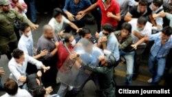 Përleshjet ndërmjet protestuesve dhe policisë në Teheran. Qershor, 2009.