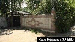 Дом, который ранее использовался для проведения религиозных обрядов ахмадийской общиной, не прошедшей перерегистрацию после принятия закона о религии. Алматы, 19 июня 2012 года.