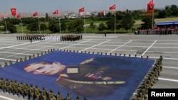 Турецкие солдаты несут портрет Кемаля Ататюрка на военном параде