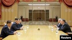Mike Pompeo la o întîlnire anterioară cu Kim Yong Un