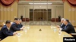 Государственный секретарь США Майк Помпео (справа) на встрече с лидером Северной Кореи Ким Чен Ыном в Пхеньяне.