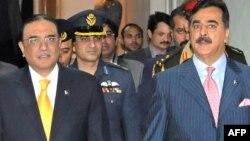 Президент Асиф Али Зардари (слева) и премьер Юсуф Раза Гилани оказались по одну сторону баррикад