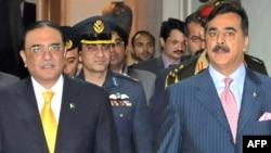 Pakistanyň premýer-ministri Ýusuf Reza Gilani (sagda) we prezident Asif Ali Zardari hökümet binasynda özara duşuşykda. Yslamabat, 16-njy ýanwar, 2012.