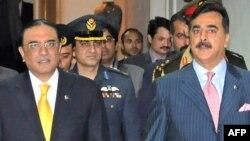 Pakistanyň prezidenti Asif Ali Zardari (çepde) we premýer-ministri Yusuf Raza Gilani Yslamabatda, 2012-nji ýylyň 16-njy ýanwary.