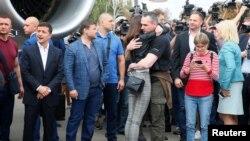 Сенцовни Киев аэропортида қариндошлари ва журналистлар қарши олди.