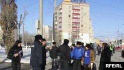 Активисты незарегистрированной партии «Алга» перед зданием областного акимата. Актобе, 4 февраля 2010 года.