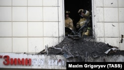 """У торгового центра """"Зимняя вишня"""" в Кемерове, где при пожаре погибли более 60 человек"""