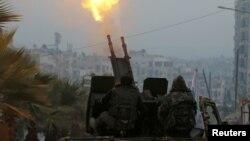 نیروهای ارتش آزاد سوریه در دسامبر ۲۰۱۶ در بخش تحت کنترل شورشیان در حلب در حال شلیک از ضدهوایی