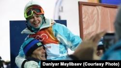 Тренеры поздравляют Юлия Галышеву с третьим местом на Олимпиаде. Пхёнчхан, 11 февраля 2018 года.