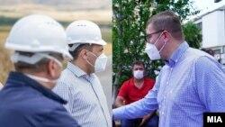Комбо фотографија - Лидерите на СДСМ и на ВМРО-ДПМНЕ, Зоран Заев и Христијан Мицкоски носат заштитни маски во предизборната кампања поради пандемијата на коронавирус.