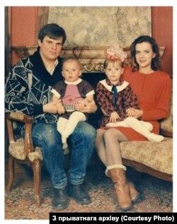 Патэнцыйны кандыдат на прэзыдэнта Віктар Бабарыка з жонкай Марынай і малымі дзецьмі. Архіўнае фота.
